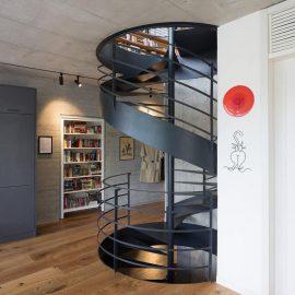 מדרגות מתעגלות ממתכת