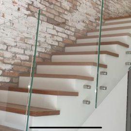 מדרגות מעקה זכוכית ובריקים