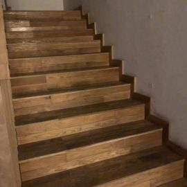מדרגות צרות פרקט