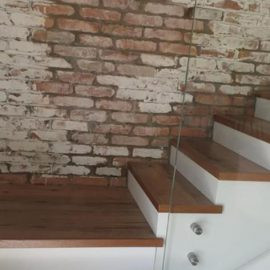 מדרגות פרקט עם עבודות זכוכית