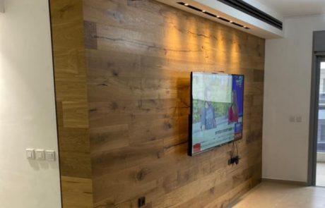חיפוי קיר עץ בסלון